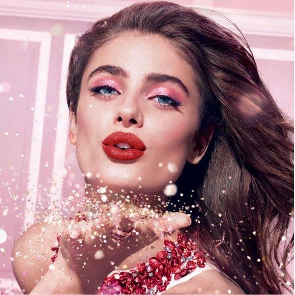 Sezona čestitanja in poljubov dolgotrajna šminka za ustnice je rešitev