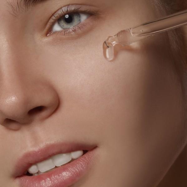 Kaj je serum za obraz in zakaj bi ga morala uporabljati
