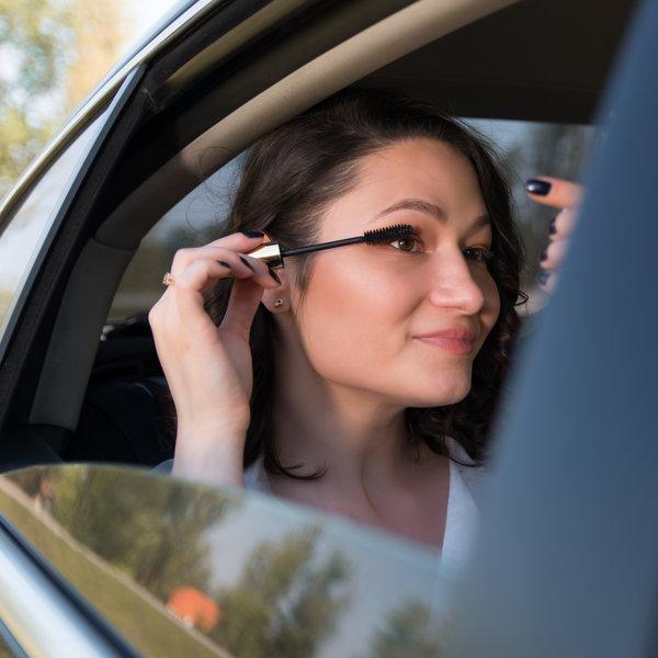 Izziv: »Smokey eye look« v drvečem avtomobilu