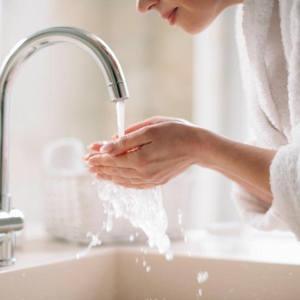 Preizkusi čiščenje obraza z izdelki, obogatenimi s hialuronom